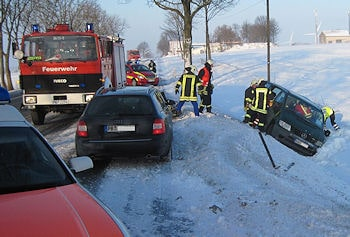 Unfall bei Borchen - die Fahrerin des Vito erlitt schwere Verletzungen. Foto: Polizei