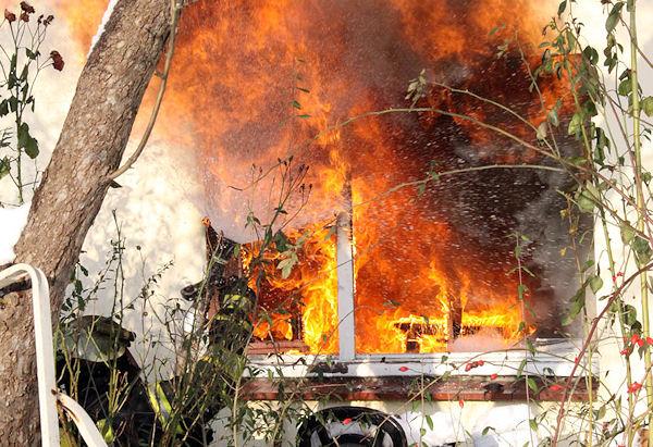Ein Feuerwehrmann versucht den Brand im Außenangriff zu bekämpfen. Foto: Timo Jann