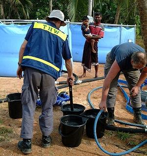 Archivbild: Auch nach dem Tsunami 2004 sorgte das THW für aufbereitetes Trinkwasser. Foto: THW