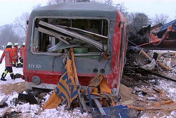 Der Regionalzug entgleiste nach dem Zusammenstoß mit einem Lkw. Foto: Nonstopnews