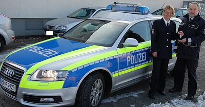 Polizeirätin Nicola Simon übergibt dem Leiter der Autobahnwache, Erster Hauptkommissar Uwe Homes, die Schlüssel für einen nagelneuen Audi A 6. Foto: PI Verden/Osterholz