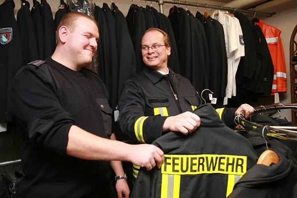 Andreas Göldner (links) wird Feuerwehrmann bei der FF Malente. Doch bevor es mit Ausbildung und Übung losgehen kann, lässt er sich von Wehrführer Jürgen Hansen seine Einsatzkleidung geben. Foto: Lina Timm