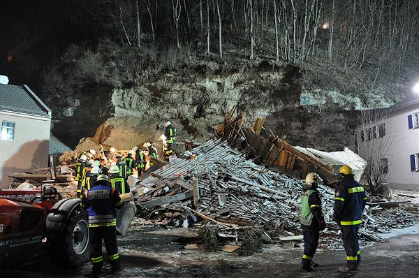 Stein a.d. Traun: Einsatzkräfte suchen nach den Opfern in einem von einem Felssturz getroffenen Haus. Foto: fib / G.S.
