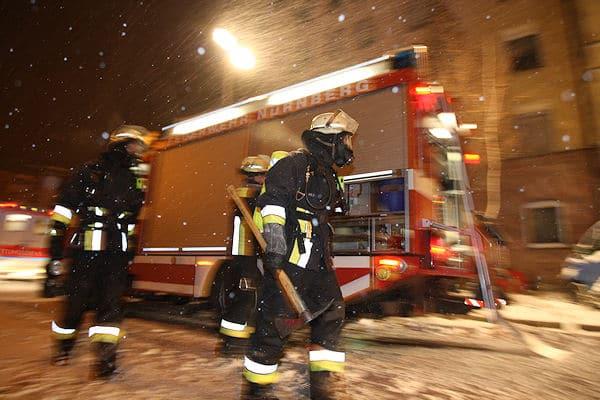 Einsatz im Schnee: Nicht nur für die Trupps eine besondere Herausforderung, sondern vor allem für die Maschinisten der Einsatzfahrzeuge. Foto: News 5