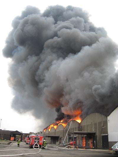 Großbrand zerstört Hallenkomplex. Foto: Feuerwehr Bremen