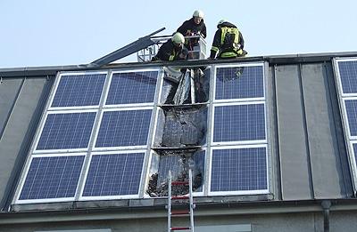 Richtiges Vorgehen beim Brand von Photovoltaik-Anlagen. Foto: Feuerwehr Bremen