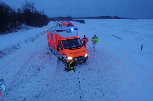 Die Feuerwehr befreit bei Dänischhagen einen im Schnee feststeckenden Rettungswagen.