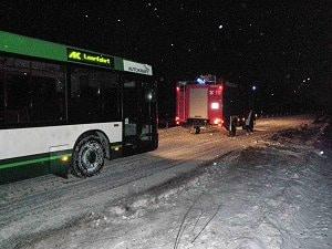 Ein Bus wird von der Feuerwehr abgeschleppt.