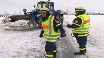 Das THW räumt bei Pattensen Schneewehen per Radlader von der Straße. Foto: Nonstopnews