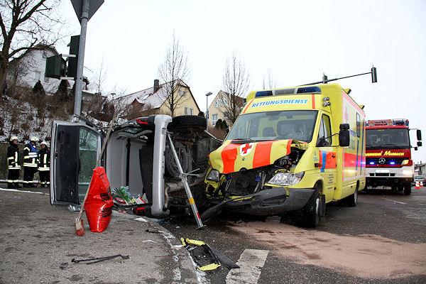 Schwerer Kreuzungsunfall mit einem Rettungswagen in Marbach. Foto: Benjamin Beytekin