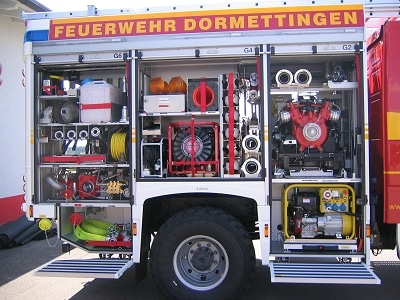 Zur Beladung gehören TS 8/8, Stromerzeuger und Überdrucklüfter. In beiden Traversenkästen sind Schnellangriffsverteiler angeschlossen. Foto: Joachim Herrmann/Feuerwehr
