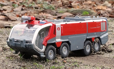 Verträgt auch einen echten Geländeeinsatz: Miniatur-FLF Rosenbauer Panther 8x8 von Siku. Foto: Mathis Rüffer