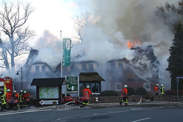 Das reetgedeckte Gebäude brennt in voller Ausdehnung. Foto: Matthias Köhlbrandt / Feuerwehr