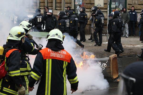 Paralleler Einsatz von Polizei und Feuerwehr bei einer Demonstration in Dresden. Die Gewerkschaft ver.di fordert eine klare Abtrennung. Foto: News5