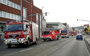 Im geschlossenen Fahrzeugkorso fährt die Feuerwehr Siegen zu ihrer neuen Wache. Foto: Henning Prill