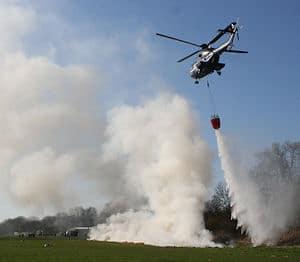 Praktische Vorführung mit Hubschrauber samt Außenlastbehälter. Foto: Roßstock/Feuerwehr