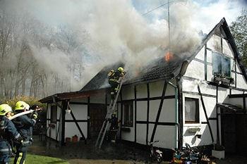 Das Dach muss aufgenommen werden. Foto: Feuerwehr Ratingen