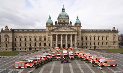 Berufsfeuerwehr und freiwilligen Einheiten der Feuerwehr Leipzig auf dem Vorplatz des Bundesverwaltungsgerichtes. Foto: Jann