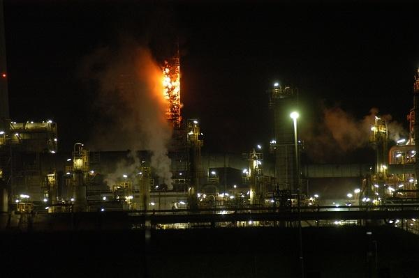 Feuer in einer 60 Meter hohen Destillationsanlage der Wilhelmshavener Raffineriegesellschaft. Foto: Olaf Preuschoff