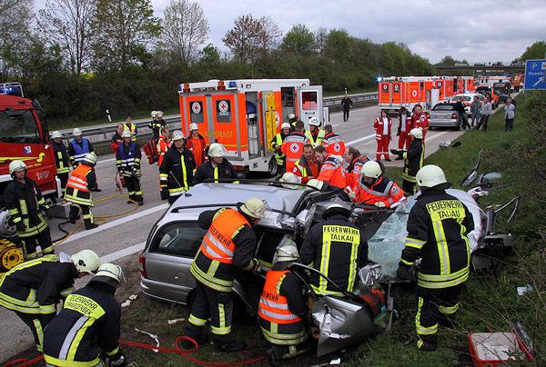 Rettungsarbeiten nach einem schweren Auffahrunfall auf der A 24 bei Talkau. Foto: Timo Jann