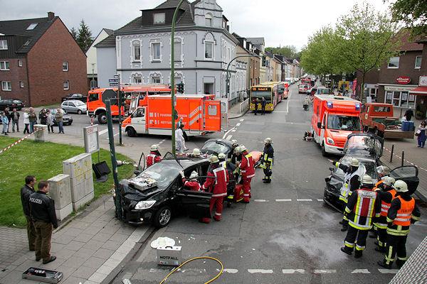 Unter den Augen zahlreicher Gaffer kümmert sich die Feuerwehr Essen um einen schwer verletzten Autofahrer. Foto: Mike Filzen/Feuerwehr