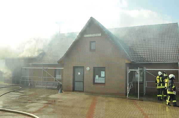 Dachstuhlbrand im Feuerwehrhaus Lüchow (Kreis Herzogtum Lauenburg). Foto: Christian Nimtz