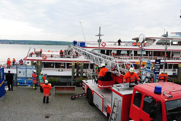 Übung in Überlingen am Bodensee: Rettung per Drehleiter. Foto: Dieringer/Feuerwehr