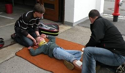 Unter anderem bei einem gestellten Fahrradunfall mussten die Prüflinge ihr frisch erworbenes Wissen anbringen. Foto: Hermann Spanner/Feuerwehr