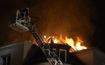 Brandbekämpfung über Drehleiter in Bremen. Foto: Nonstopnews