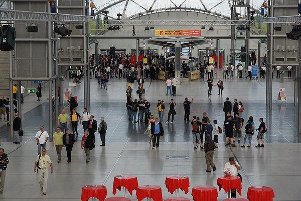Kaum sind die Tore geöffnet strömen die Besucher in die Leipziger Messehallen. Foto: Jan-Erik Hegemann