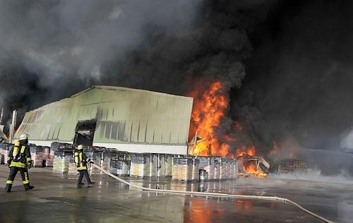 Großbrand in einem Schermbecker Blumenerdewerk. Foto: Guido Bludau