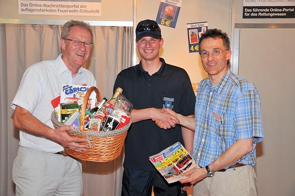 Rainer Herbrecht (Vertriebsleiter) begrüßt Thomas Wernig als 29.000. Abonnementen. Rechts Chefredakteur und Publisher Jan-Erik Hegemann