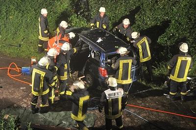 Nach einem Unfall auf der B404 bei Todendorf befreit die Feuerwehr den Fahrer eines Opel Astra Caravan. Foto: Arne Mundt