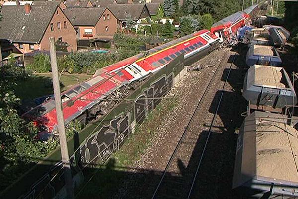 Zugunglück bei Peine: Am Donnerstagvormittag wird das Ausmaß des Unfalles sichtbar. Foto: Nonstopnews