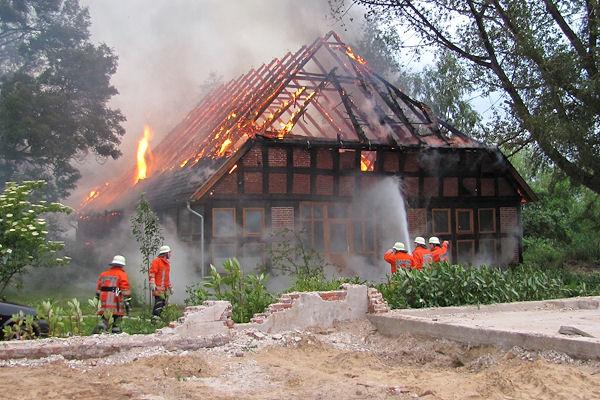 Großbrand in Morsum: Dieses Fachwerkgebäude brennt völlig aus. Foto: KFV/Köster