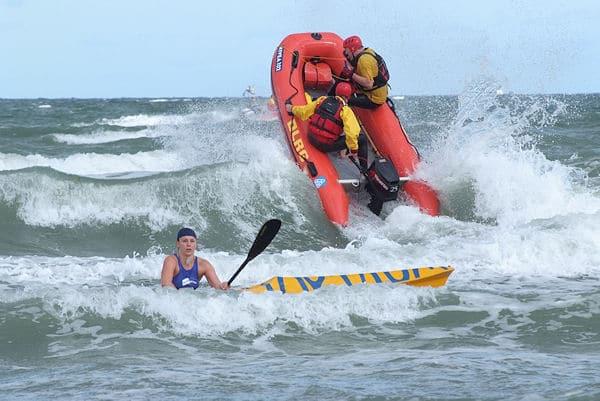 """DLRG im Einsatz: Beim """"DLRG Cup im Rettungsschwimmen"""" zeigten die Helfer im August 2009 ihr Können. Foto: DLRG/obs"""