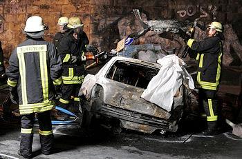 Feuerwehrkräfte bergen den getöteten Fahrer. Foto: Frank Bock