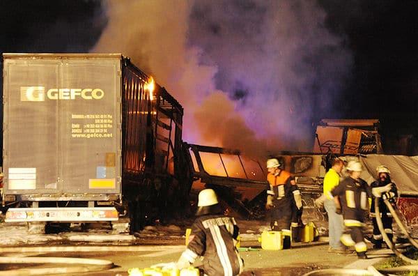 Lkw und Pkw brennen nach einem Auffahrunfall auf der A 92 bei Eitting. Foto: fib/sobo