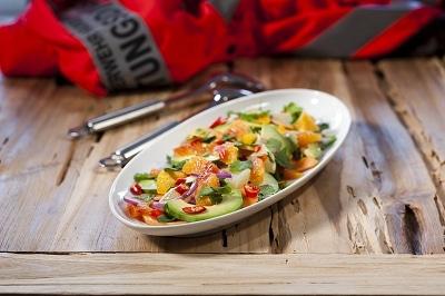 Ein leckerer Avocado-Papaya-Salat passt gut zu Meeresfrüchten sowie zu gegrilltem Fisch und Fleisch. Foto: Neuer Umschau Buchverlag