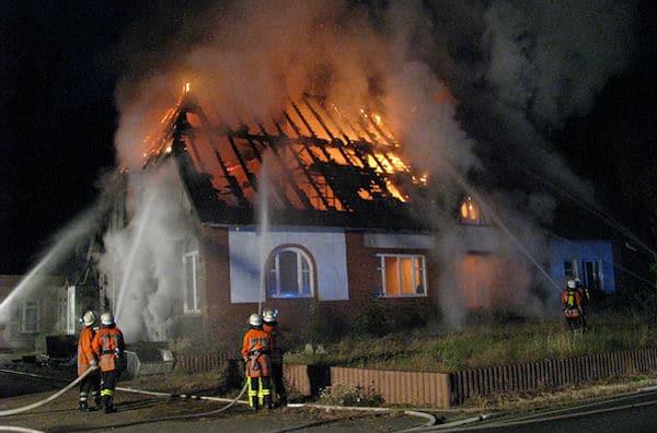 Das ehemalige Schulhaus brennt in Posthausen in voller Ausdehnung. Foto: KFV/Buhrke