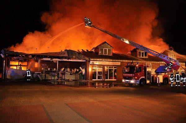 Ein Großfeuer zerstört einen Sonderpostenmarkt in Bad Bramstedt. Foto: Arne Mundt