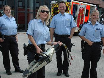 Wie schwer ist ein Spreizer? Polizeibeamte probieren es bei der Feuerwehr Ratingen aus. Foto: BF Ratingen