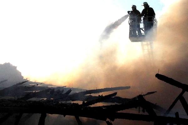 Brandbekämpfung von der Drehleiter. Foto: Timo Jann