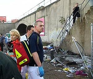 Rettungskräfte stehen fassungslos vor der Unglückstreppe. Foto: WDR