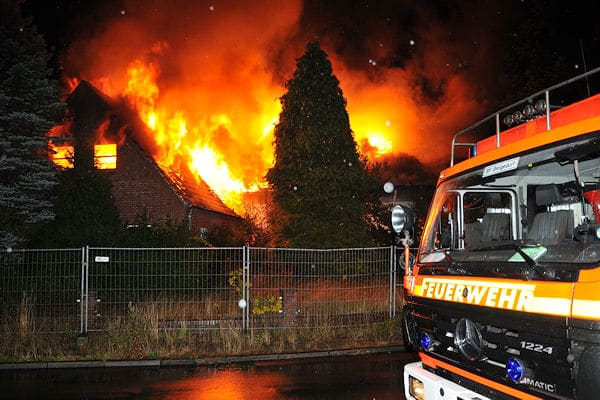 Großfeuer in Havighorst: Ein ehemaliger Reiterhof brennt in voller Ausdehnung. Foto: Arne Mundt