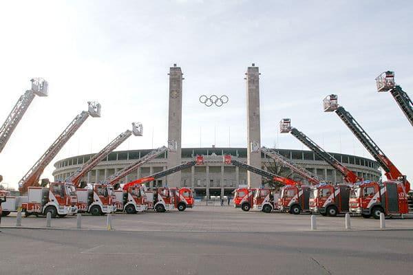 Imposantes Bild vor dem Berliner Olympiastadium: Insgesamt zehn Drehleitern beschaffte die Feuerwehr Berlin auf Mitteln des Konjunkturprogramms II. Foto: Machmüller
