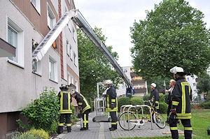 Der Kran-Ausleger hat das Gebäude getroffen. Foto: Polizei