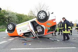 Symbolfoto: Verunglücktes Notarzteinsatzfahrzeug einer Feuerwehr. Foto: Günther Jungmann