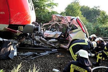 In diesem Autowrack starben an einem Bahnübergang in Ibbenbüren drei Menschen. Foto: Frank Bock