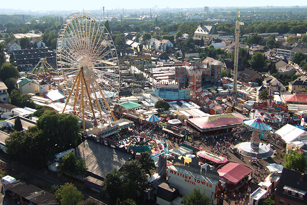 """Die Kirmes """"Pützchenmarkt"""" in Bonn (Foto aus 2006). Muss die Veranstaltung in diesem Jahr aus Sicherheitsgründen abgesagt werden? Foto: Der Sascha/Wikipedia"""